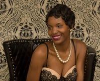 Uma jovem mulher com um sorriso bonito fotografia de stock