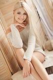 Uma jovem mulher com um tablet pc em sua sala imagem de stock