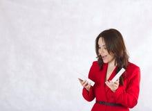 Uma jovem mulher com uma caixa atual Fotos de Stock Royalty Free