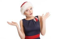 Uma jovem mulher de sorriso em um chapéu do Natal imagem de stock