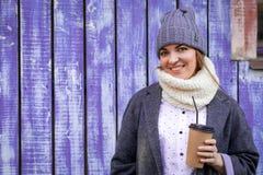 Uma jovem mulher em um chapéu feito malha fotos de stock royalty free