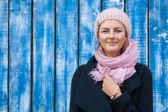 Uma jovem mulher em um chapéu feito malha imagens de stock