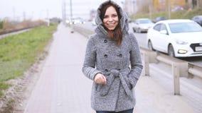Uma jovem mulher em um revestimento cinzento filme