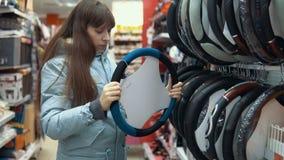 Uma jovem mulher escolhe uma tampa para dirigir o carro filme