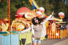 Uma jovem mulher está feliz e salta Imagem de Stock Royalty Free