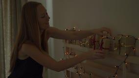 Uma jovem mulher faz um calendário do advento para suas crianças filme