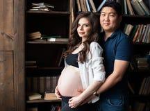 Uma jovem mulher grávida e um homem imagem de stock