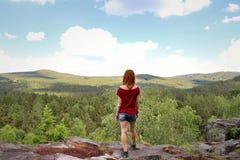 Uma jovem mulher que admira o campo esplêndido foto de stock royalty free