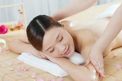 Uma jovem mulher que aprecia a massagem Fotos de Stock Royalty Free