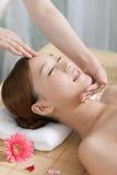 Uma jovem mulher que aprecia a massagem em termas Fotos de Stock