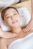 Uma jovem mulher que aprecia a massagem em termas Imagens de Stock Royalty Free