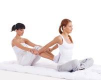 Uma jovem mulher que obtem uma massagem tailandesa tradicional foto de stock royalty free
