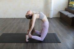 Uma jovem mulher que pratica a ioga de Ashtanga imagens de stock royalty free