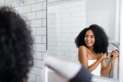 Uma jovem mulher que seca seu cabelo Foto de Stock Royalty Free