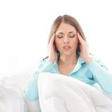 Uma jovem mulher que sofre da dor principal Fotografia de Stock