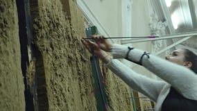 Uma jovem mulher retira a seta do alvo vídeos de arquivo