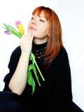 Uma jovem mulher romântica com flores fotos de stock royalty free