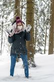Uma jovem mulher tem o divertimento winterly em uma floresta imagem de stock royalty free
