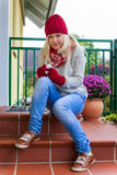 A mulher tem um frio e tem um frio Imagens de Stock Royalty Free