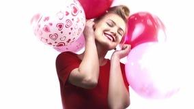 Uma jovem mulher torna-se muito feliz quando obtém lotes dos balões filme