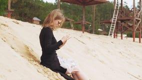 Uma jovem mulher usa uma tabuleta Conceito remoto do neg?cio filme