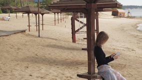Uma jovem mulher usa uma tabuleta Conceito remoto do neg?cio video estoque