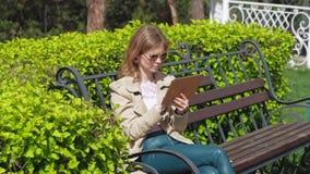 Uma jovem mulher usa uma tabuleta do computador Conceito remoto do neg?cio vídeos de arquivo