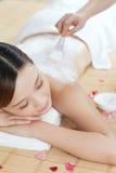 Uma jovem senhora aprecia a máscara do corpo no salão de beleza dos termas Imagem de Stock Royalty Free