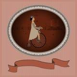 Uma jovem senhora e uma bicicleta retro como um convite moldou Foto de Stock Royalty Free