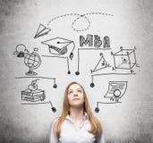 Uma jovem senhora está pensando sobre o grau de MBA A carta educacional é tirada atrás dela Um conceito da educação mais adiciona ilustração royalty free