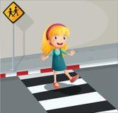 Uma jovem senhora que cruza a pista pedestre ilustração stock