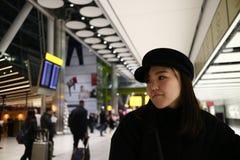 Uma jovem senhora que espera em um aeroporto fotografia de stock
