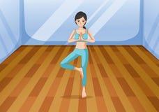 Uma jovem senhora que faz um exercício saudável Fotografia de Stock Royalty Free