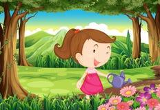 Uma jovem senhora que molha as plantas na floresta Fotos de Stock Royalty Free