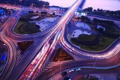 Uma junção de estrada na noite Fotografia de Stock Royalty Free