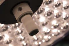 Uma lâmpada cirúrgica na sala de operações fotos de stock royalty free