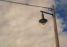 Uma lâmpada de rua abaixo de um céu nebuloso imagens de stock