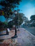 Uma lâmpada de rua na estrada fotos de stock royalty free