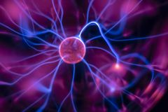 uma lâmpada do plasma com feixes luminosos moventes Imagem de Stock