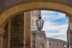 Uma lâmpada ornamentado que pendura de uma ponte imagem de stock