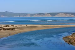 Uma lagoa e uma praia foto de stock royalty free