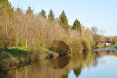 Uma lagoa está no parque da cidade Imagens de Stock