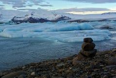 Uma lagoa glacial de Jokulsarlon do monte de pedras Imagens de Stock Royalty Free