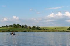 Uma lagoa no verão, região de Khmelnytskyi, Ucrânia foto de stock