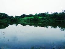 Uma lagoa pequena perto de Mumbai Sahar Arpot é uma vista bonita fotos de stock royalty free
