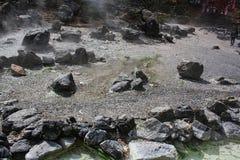 uma lagoa quente nas montanhas foto de stock
