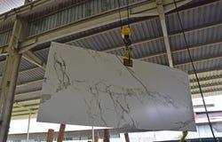Uma laje de pedra recentemente chegada está sendo elevador a ser mostrado ao cliente foto de stock royalty free