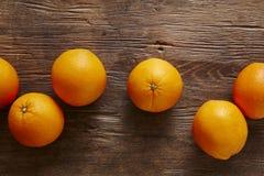 Uma laranja em um grupo das laranjas 2 foto de stock royalty free