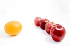 Uma laranja entre maçãs Imagem de Stock Royalty Free