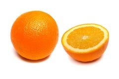 Uma laranja inteira e metade de uma laranja em um fundo branco Imagens de Stock Royalty Free